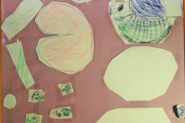 """Gemengde techniek, 70 x 50 cm.  Uitleg van Lies over de Pauw, """"Op het schilderij staat papa Pauw, mama Pauw en de baby's. Ook staat er een heel groot ei van de papa Pauw, een groot ei van de mama Pauw en kleine eitjes van de baby's. De veer was te groot voor het papier en daarom in kleine stukjes opgeplakt."""" Lies"""